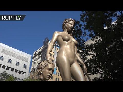 تمثال يرمز لحركة مي تو النسائي أمام محكمة نيويورك الأميركية