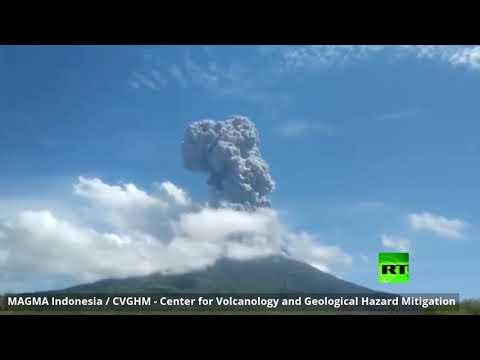 شاهد ثوران بركان ليوتولو في إندونيسيا وإطلاق الرماد إلى ارتفاع عال