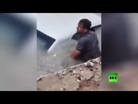 شاهد انتشال سيارة غرقت في مياه الأمطار جنوب غرب إيران