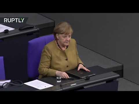 شاهد ميركل تتعرض لموقف محرج داخل البرلمان الألماني بسبب الكمامة